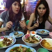 Photo taken at ทองดีโภชนา(Thong Dee )ข้าวต้มโต้รุ่ง by Game W. on 11/9/2012