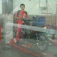 Photo taken at Yamaha Aneka Jasa Motor by Mas Yuri Y. on 10/16/2012