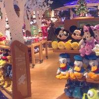 Foto tomada en Disney Store por Daniel W. el 11/30/2012