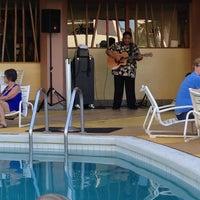 Снимок сделан в Aston Waikiki Beach Hotel пользователем Katherine H. 5/3/2013
