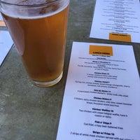 Photo prise au Cross Street Chicken and Beer par Sarah E. le8/16/2018