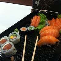 Foto tirada no(a) Sushi Roots Express por Juliana B. em 5/17/2013