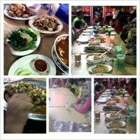 Photo taken at Madina Seafood, Taman Sri Putra, Banting by Nik Izzati Z. on 4/28/2013