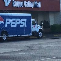 รูปภาพถ่ายที่ Rogue Valley Mall โดย Ava T. เมื่อ 4/18/2017