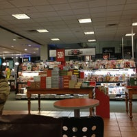 Photo taken at Barnes & Noble by Dulce Helena Melchiori N. on 1/2/2013