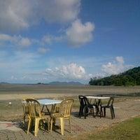 Foto tirada no(a) Pantai Mersing por Iskandar a. em 12/15/2012