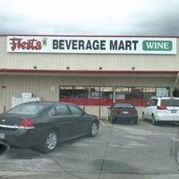 Foto tomada en Fiesta Liquor por Pete C. el 11/3/2012