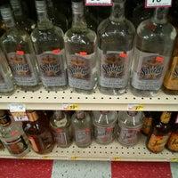 Foto tomada en Fiesta Liquor por Pete C. el 6/27/2013