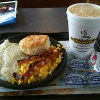 Das Foto wurde bei Biscuitville von Averyl L. am 12/18/2012 aufgenommen