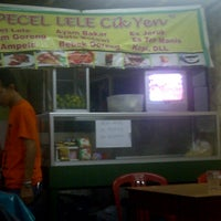 Photo taken at Pecel Lele Cik Yen by Wishnu F. on 1/30/2013