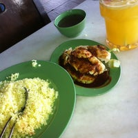 Photo taken at Restoran Pak Mal Nasi Ayam by Ebnu Farid E. on 10/24/2012