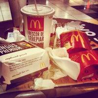 Foto tirada no(a) McDonald's por Samantha N. em 11/12/2012