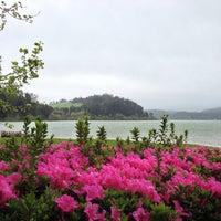 Foto tirada no(a) Lagoa das Furnas por Artem K. em 4/12/2013