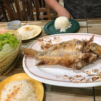 Photo taken at หลังรามเมี่ยงปลาเผา by juice z. on 8/31/2017