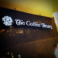Photo taken at The Coffee Bean & Tea Leaf by Chloe on 1/12/2013