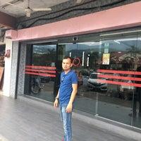 Photo taken at Doli Kuey Teow Goreng by Ahmad Shobirin A. on 4/17/2017