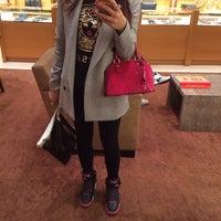 รูปภาพถ่ายที่ Louis Vuitton โดย Pinky P. เมื่อ 3/28/2014