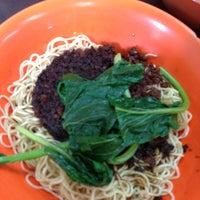 Photo taken at Restoran Soong Kee Beef Ball Noodle (颂记牛肉丸粉) by Edmond Y. on 1/19/2013