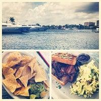5/27/2013 tarihinde Sze L.ziyaretçi tarafından Coconuts Bahama Grill'de çekilen fotoğraf
