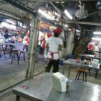 Photo taken at Mueang Thong Crab-meat Fried Rice 1 by Sirikarn W. on 10/23/2012