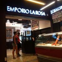 2/16/2013 tarihinde Ronald P.ziyaretçi tarafından Emporio La Rosa'de çekilen fotoğraf