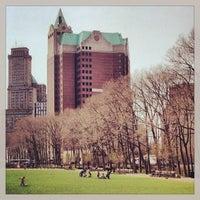 4/9/2013 tarihinde Nicole B.ziyaretçi tarafından Cadman Plaza Park'de çekilen fotoğraf