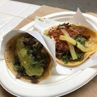 Снимок сделан в Los Tacos No. 1 пользователем Debby L. 10/7/2017