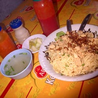 Photo taken at Pangsit Mie Ayam Tuban Pak Suci by Rida D. on 5/17/2014