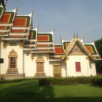 Photo taken at Wat Phra Si Mahathat by Suwannee K. on 11/11/2012