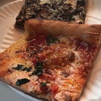 Das Foto wurde bei Williamsburg Pizza von Rana am 4/18/2017 aufgenommen