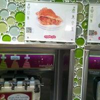 Photo taken at Menchie's Frozen Yogurt by Alex E. on 12/3/2012