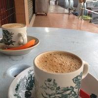 Photo taken at 長江白咖啡 (Kedai Kopi Chang Jiang) by Kopi G. on 11/24/2012