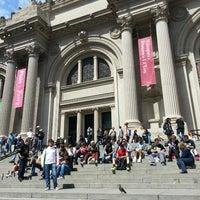 4/24/2013 tarihinde João S.ziyaretçi tarafından Metropolitan Museum Steps'de çekilen fotoğraf