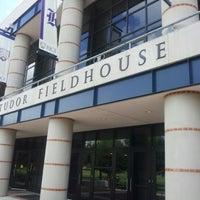 Foto tirada no(a) Tudor Fieldhouse por Jaha M. em 10/13/2012