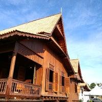 Photo taken at Rumah Tradisional Melaka Perigi Hang Tuah by Mokhtar A. on 8/25/2016