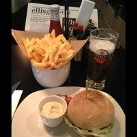 Photo prise au Ellis Gourmet Burger par Brent M. le10/18/2012