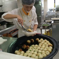 Photo taken at Yang's Fried Dumplings by くろねk on 7/12/2014