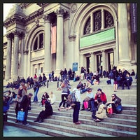 3/30/2013 tarihinde Anne S.ziyaretçi tarafından Metropolitan Museum Steps'de çekilen fotoğraf