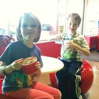 5/7/2013에 Heidi K.님이 CherryBerry Yogurt Bar에서 찍은 사진