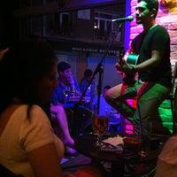 10/14/2012 tarihinde Zeynep A.ziyaretçi tarafından Beer House'de çekilen fotoğraf