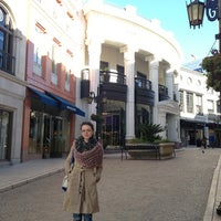 Das Foto wurde bei Streets of Beverly Hills von Kate D. am 1/14/2013 aufgenommen