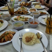 Photo taken at Ipoh Hainan Chicken Rice by Shaiful H. on 6/1/2013