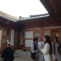 Photo taken at Bukchon Traditional Crafts Center by Azuary T. on 5/4/2013