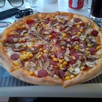 5/12/2013 tarihinde S. O. B.ziyaretçi tarafından Olivia's Pizzeria'de çekilen fotoğraf