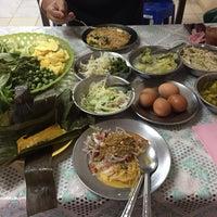 รูปภาพถ่ายที่ ร้าน ขนมจีน ป้ามัย ( เจ้าเก่า ) โดย kvnnwx เมื่อ 1/8/2017