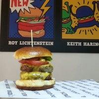 4/13/2013 tarihinde Erdem A.ziyaretçi tarafından Burger Joint'de çekilen fotoğraf