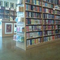 Photo prise au Half Price Books par Hil S. le2/3/2013
