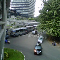Photo taken at Halte TransJakarta Dukuh Atas 2 by joulz a. on 4/21/2013