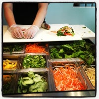 Photo prise au Freshroll Vietnamese Rolls & Bowls par Apple R. le10/17/2012