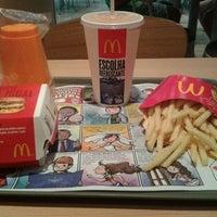 Foto tirada no(a) McDonald's por Hariel R. em 10/29/2012
